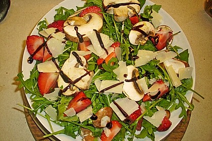 Basilikum-Rucolasalat mit Erdbeeren 65