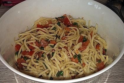 Koelkasts Spaghetti mit kalter Tomatensoße 12