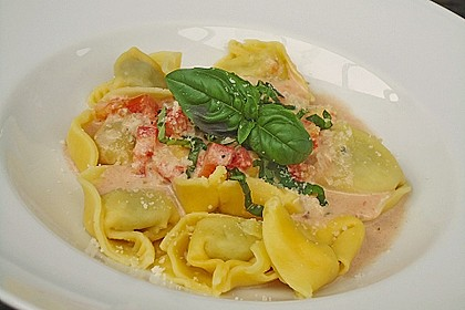 Tortellini in Tomaten - Käse - Sauce 1