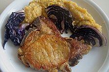 Kotelett mit Gemüsepüree und gebratenem Rotkohl