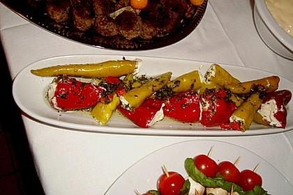 Antipasti - mit Frischkäse gefüllte Paprika