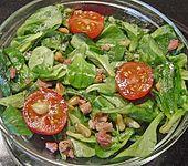 Feldsalat mit Speck und Pinienkernen (Bild)
