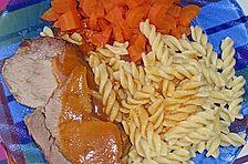 Schweinebraten mit Karotten und Tomaten
