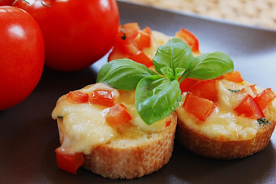 Salat aus Tomaten und Zwiebel auf Bruschetta Scheiben
