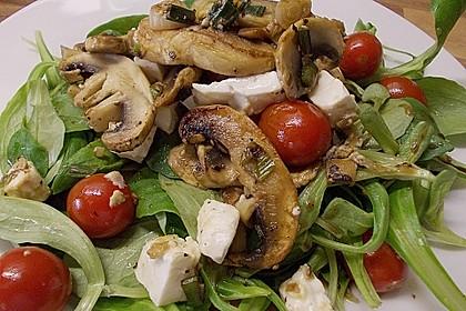 Feldsalat mit gemischten Pilzen und Parmesanspänen 0