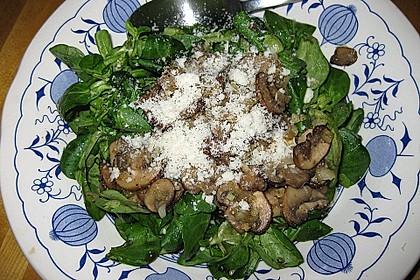 Feldsalat mit gemischten Pilzen und Parmesanspänen 4