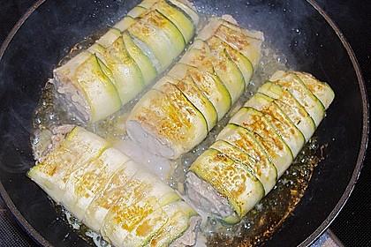 Zucchiniröllchen mit Hackfüllung auf Reis 2