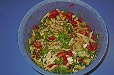 Nudelsalat mit Rucola und Pinienkernen in Balsamico - Dressing