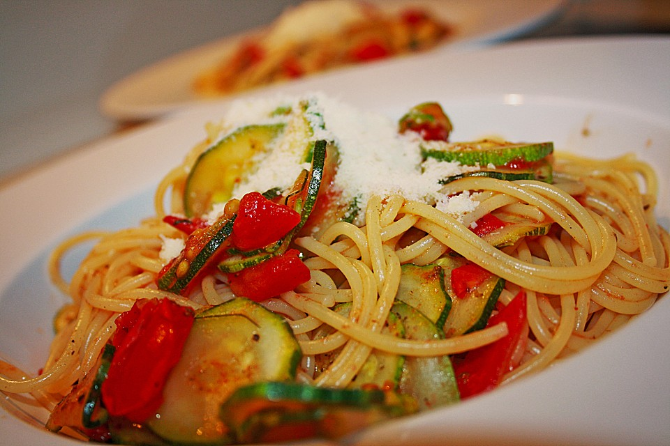 spaghetti mit zucchini und tomaten von elibery. Black Bedroom Furniture Sets. Home Design Ideas