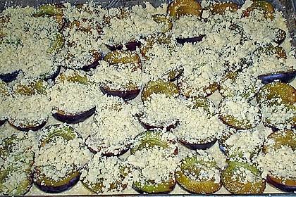 Pflaumenkuchen mit Streuseln auf dem Blech 19