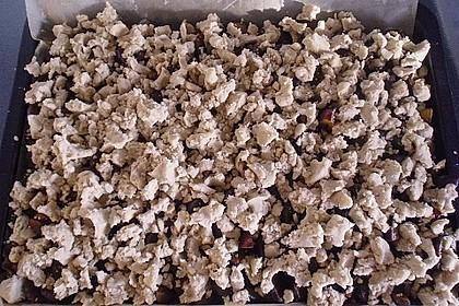 Pflaumenkuchen mit Streuseln auf dem Blech 15
