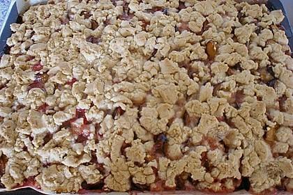 Pflaumenkuchen mit Streuseln auf dem Blech 14