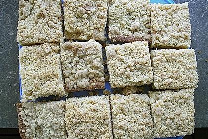 Pflaumenkuchen mit Streuseln auf dem Blech 12