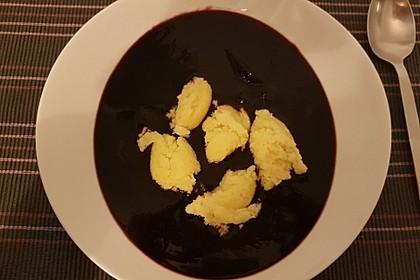 Friesische Holundersuppe mit Grießklößen