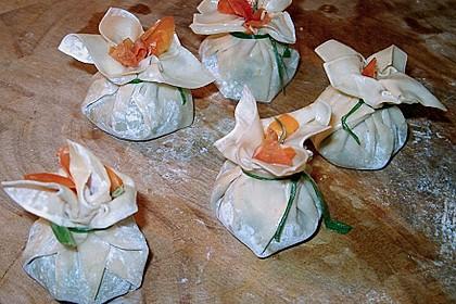 Cocktailtomate im Pesto - Wantanteigmantel mit Ziegenfrischkäse gefüllt 3