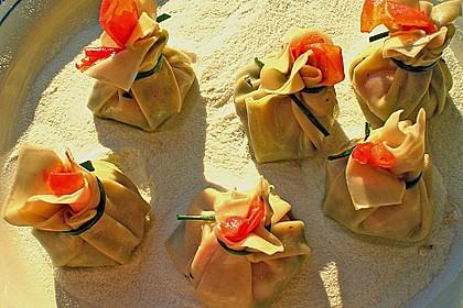 Cocktailtomate im Pesto - Wantanteigmantel mit Ziegenfrischkäse gefüllt 2