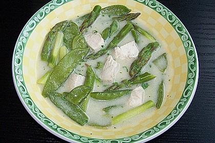 Suppe mit Spargel, Zuckerschoten und Huhn