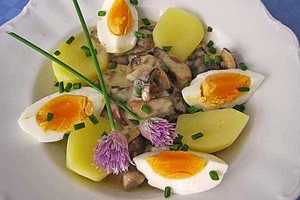 Eier auf Kartoffeln und Champignons