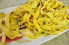 Nudelsalat mit Zucchini und getrockneten Tomaten