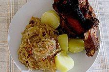 Schweinshaxe auf Sauerkraut