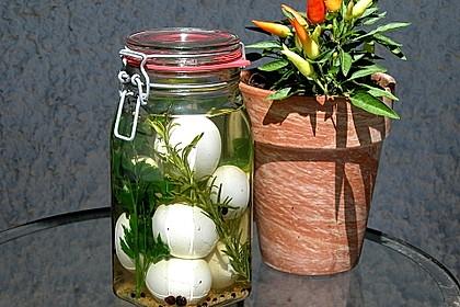 Eingelegte Eier mit Kräutern