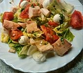 Salat mit geräucherter Forelle und Mozzarella