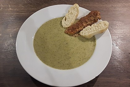 Brokkolicremesüppchen mit gebratenen Gambas und Croutons 6
