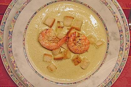 Brokkolicremesüppchen mit gebratenen Gambas und Croutons 2