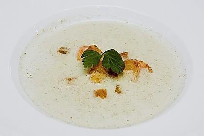 Brokkolicremesüppchen mit gebratenen Gambas und Croutons 0