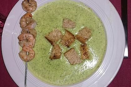 Brokkolicremesüppchen mit gebratenen Gambas und Croutons 5