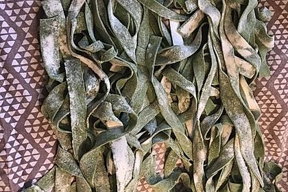 Grasgrüne Pasta mit Spinat und Scampi 3