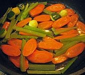 Hummer auf buntem Gemüse (Bild)