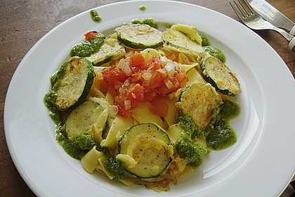 Zucchini – Piccata auf Tomatenkompott mit Rucolapesto und Nudeln 15