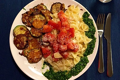 Zucchini – Piccata auf Tomatenkompott mit Rucolapesto und Nudeln 28