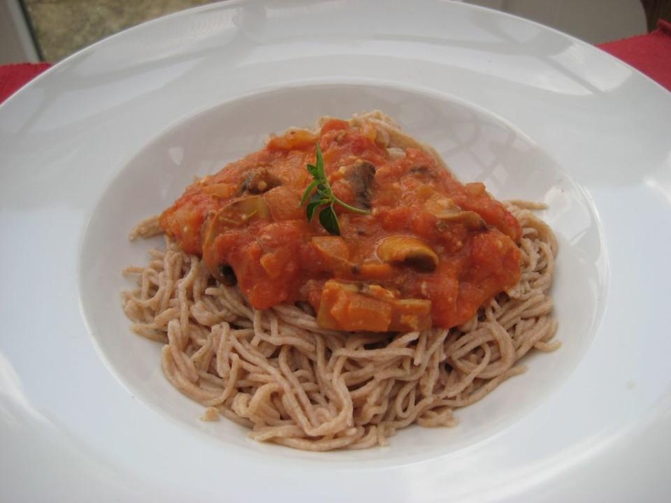spaghetti mit tomaten champignon sauce mit oliven rezept mit bild. Black Bedroom Furniture Sets. Home Design Ideas