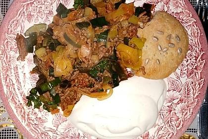 Orientalische Hackfleisch - Gemüse - Pfanne mit Joghurt - Minz - Sauce 8