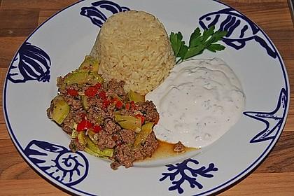 Orientalische Hackfleisch - Gemüse - Pfanne mit Joghurt - Minz - Sauce 4