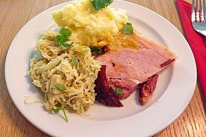 Krustenbraten vom Schwein mit Kartoffelpüree und Karamellsauerkraut 3