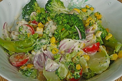 Gemüsesalat mit Brokkoli, Mais und Champignons