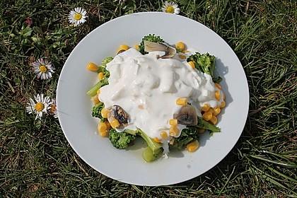 Gemüsesalat mit Brokkoli, Mais und Champignons 1