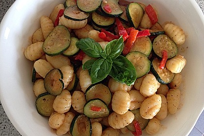 Gnocchi-Salat mit Zucchini und Paprika 11