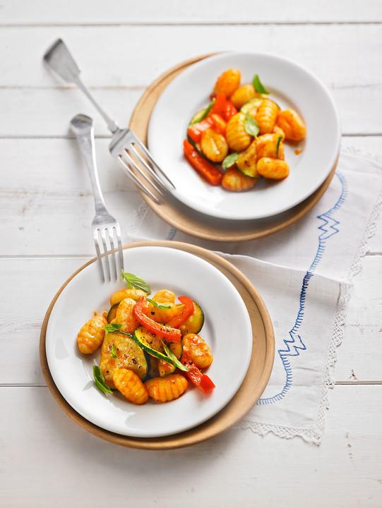 gnocchi salat mit zucchini und paprika von tortillagirl. Black Bedroom Furniture Sets. Home Design Ideas
