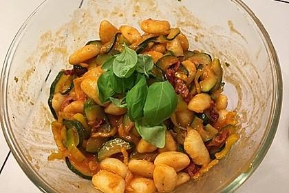Gnocchi-Salat mit Zucchini und Paprika 25
