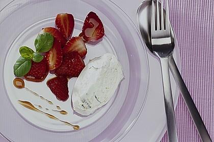 Erdbeer - Salat mit Balsamico und Topfencreme