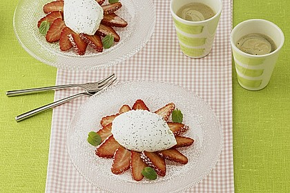 Mohn - Quark - Mousse mit Erdbeersalat