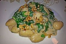 Blattspinat mit gefüllten Gnocchi, Gorgonzola und Walnüssen