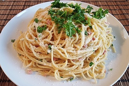 Spaghetti carbonara mit Speck und Petersilie 36