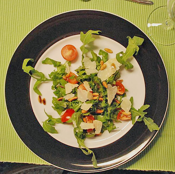 rucola salat mit pinienkernen und parmesan rezept mit bild. Black Bedroom Furniture Sets. Home Design Ideas