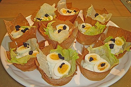 Wachteleier mit Crème fraîche und Forellenkaviar im Filoteigkörbchen 7