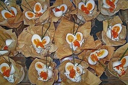 Wachteleier mit Crème fraîche und Forellenkaviar im Filoteigkörbchen 6